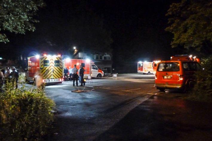 Die Rettungswagen auf dem Parkplatz an der Laubacher Straße (Foto: Feuerwehr Heiligenhaus)