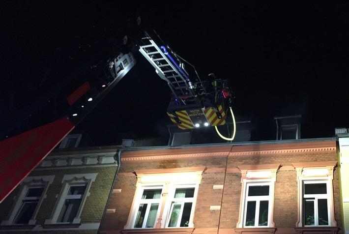 Die Drehleiter der Feuerwehr ist zur Kontrolle der Brandwohnung im Einsatz.