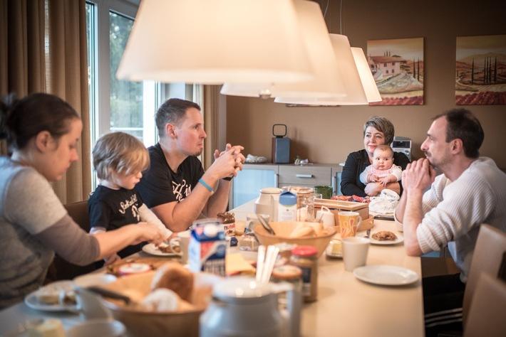 Das gemeinsame Frühstück spielt im Haus Schutzengel eine große Rolle. Hier können sich die Bewohnerinnen und Bewohner austauschen. Foto: Joanna Nottebrock / Mukoviszidose e.V.