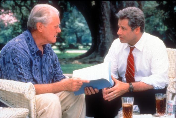 """Verhandlungsgespräch: Gouverneur Jack Stanton (John Travolta, r.) und sein Konkurrent Picker (Larry Hagman). Die Verwendung dieses Bildes ist für redaktionelle Zwecke honorarfrei. Abdruck bitte unter Quellenangabe: """"obs/Tele 5"""""""