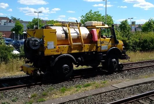 Schienengebundene Arbeitsmaschine nach der Aufgleisung. Foto Bundespolizei