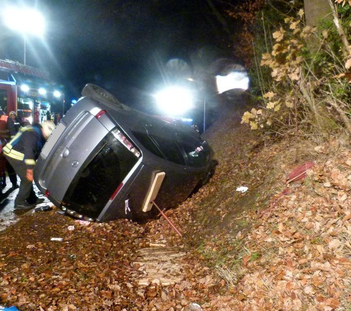 Der Opel kippte auf die Seite. Die beiden Insassen wurden von den Einsatzkräften der Feuerwehr befreit. Foto: Polizei Minden-Lübbecke