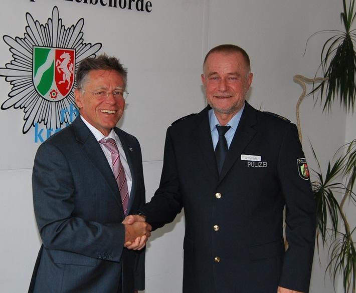 Das Foto zeigt den Leiter der Kreispolizei, Hans-Jürgen Petrauschke mit dem neuen Direktionsleiter, Polizeioberrat Wolf Wewers.