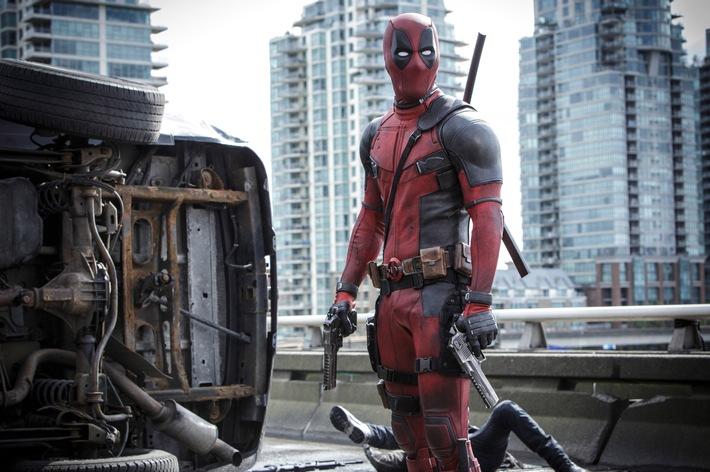 """Im Bild: Wade Wilson (Ryan Reynolds) wird als Deadpool zum Superhelden wider Willen.   Ryan Reynolds sorgt als """"Deadpool"""" für einen super-schrägen Start ins neue Jahr auf ProSieben!  Neues Jahr, völlig neuer Superheld: Frauenschwarm Ryan Reynolds hat zwar als """"Deadpool"""" seine hübschen Gesichtszüge eingebüßt. Allerdings macht er das als politisch inkorrekter Verbrecherjäger im roten Anzug durch sein mehr als loses Mundwerk wett. Mit 780 Millionen US-Dollar Boxoffice war die erste Hauptrolle des Schandmauls aus Marvels X-Men-Universum so erfolgreich, dass im Sommer 2018 bereits der zweite Teil ins Kino kommt ... ProSieben zeigt """"Deadpool"""" am Montag, 1. Januar 2018, um 20:15 Uhr zum ersten Mal im Free-TV.  TM & © 2015 Marvel & Subs. TM and © 2015 Twentieth Century Fox Film Corporation. All rights reserved. Not for sale or duplication./ Joe Lederer  Dieses Bild darf bis 1. Januar 2018 honorarfrei fuer redaktionelle Zwecke und nur im Rahmen der Programmankuendigung verwendet werden. Spaetere Veroeffentlichungen sind nur nach Ruecksprache und ausdruecklicher Genehmigung der ProSiebenSat1 TV Deutschland GmbH moeglich. Verwendung nur mit vollstaendigem Copyrightvermerk. Das Foto darf nicht veraendert, bearbeitet und nur im Ganzen verwendet werden. Nicht fuer EPG und Social Media! Es darf nicht archiviert werden. Es darf nicht an Dritte weitergeleitet werden. Bei Fragen: 089/9507-7299.  Voraussetzung fuer die Verwendung dieser Programmdaten ist die Zustimmung zu den Allgemeinen Geschaeftsbedingungen der Presselounges der Sender der ProSiebenSat.1 Media SE. Weiterer Text über ots und www.presseportal.de/nr/25171 / Die Verwendung dieses Bildes ist für redaktionelle Zwecke honorarfrei. Veröffentlichung bitte unter Quellenangabe: """"obs/ProSieben/Joe Lederer"""""""