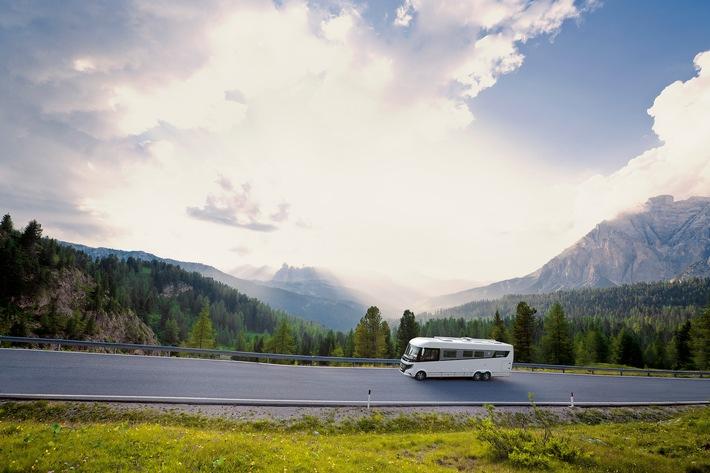 """Der erste Urlaub mit dem Wohnmobil / Auswahl des Reisemobils, Packliste und die perfekte Starter-Route / Wer testen will, ob der Trend-Urlaub Camping Spaß macht, kann einfach mal ein Wohnmobil mieten. Weiterer Text über ots und www.presseportal.de/nr/122834 / Die Verwendung dieses Bildes ist für redaktionelle Zwecke honorarfrei. Veröffentlichung bitte unter Quellenangabe: """"obs/ADAC SE/ADAC Verlag/NIESMANN+BISCHOFF"""""""