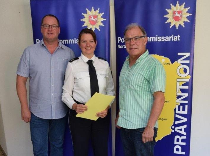 Das Foto zeigt Harry Hagels (rechts), Dr. Hannah Timmer und den Nachfolger Uwe van der Heiden (links)