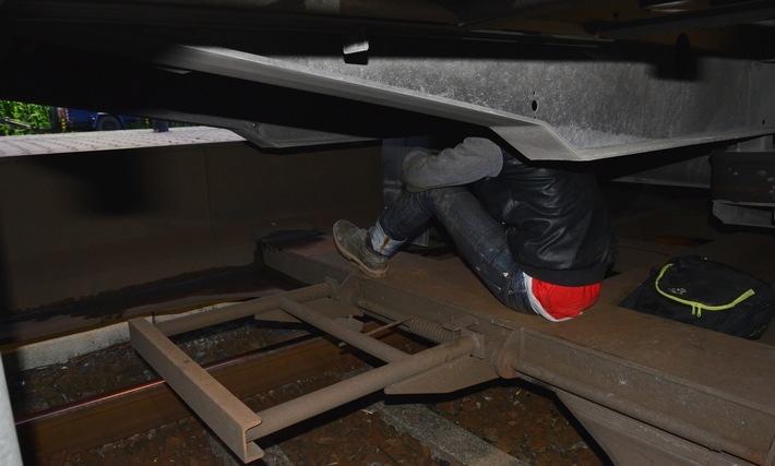Die Bundespolizei hat erneut Migranten auf Güterzügen festgestellt, die unter Lkw-Aufliegern versteckt unerlaubt in das Bundesgebiet einreisen wollten. (Foto: Bundespolizei)