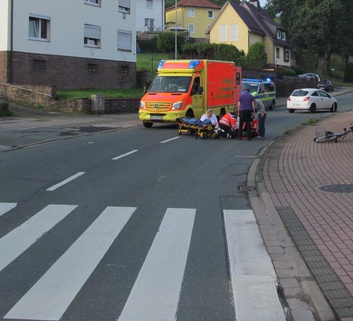 Rettungskräfte versorgen den verunfallten 89-jährigen Radfahrer