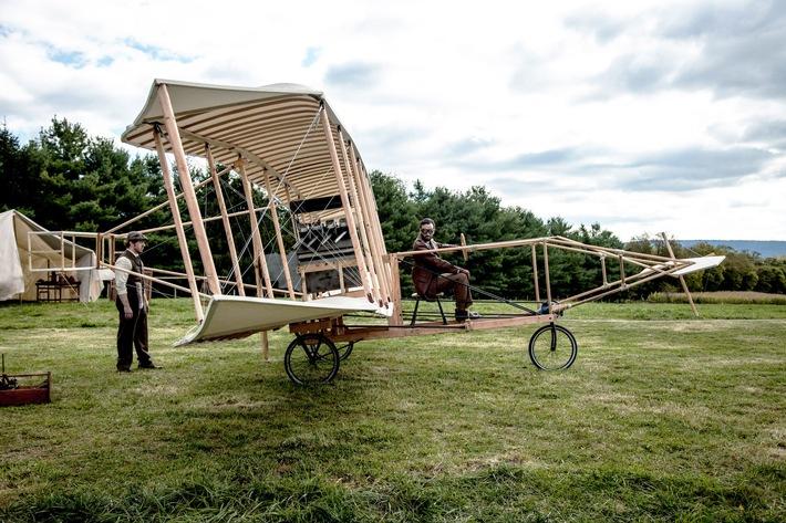 """1908 startete Glenn Curtiss seinen ersten Flug mit dem frühen Doppeldecker """"June Bug"""" Weiterer Text über ots und www.presseportal.de/nr/105413 / Die Verwendung dieses Bildes ist für redaktionelle Zwecke honorarfrei. Veröffentlichung bitte unter Quellenangabe: """"obs/ZDFinfo"""""""