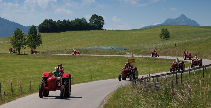 Mit dem historischen Porsche-Traktor auf Entdeckungsfahrt im Tannheimer Tal - BILD