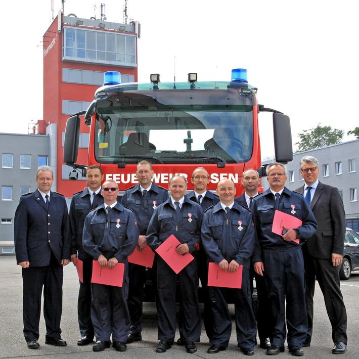 FW-E: Feuerwehr-Dezernent Christian Kromberg verleiht Feuerwehr-Ehrenzeichen in Silber