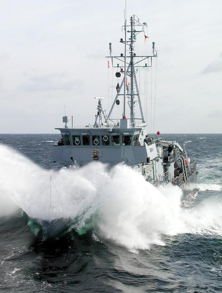 """Das Minenjagdboot """"Fulda"""" pflügt durch die Ostsee. Der Bug taucht dabei tief in die Wellen ein. Foto: Bundeswehr / PIZ Marine"""
