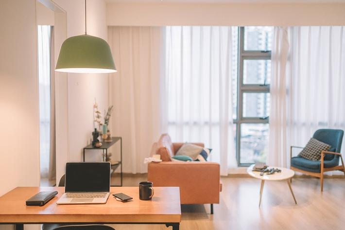 Laptop auf einem Schreibtisch in einem Zimmer.