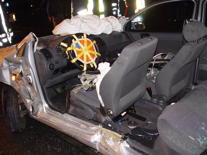 FW-E: Verkehrsunfall mit eingeklemmter Person, zwei Verletzte
