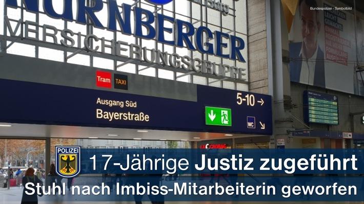 Gegen eine 17-Jährige, die in einem Schnellimbiss im Münchner Hauptbahnhof einen Stuhl nach einer Mitarbeiterin warf, war bereits vom Amtsgericht Nürnberg Untersuchungshaft wegen gefährlicher Körperverletzung angeordnet worden.