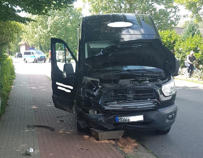 schwer beschädigter Ford Transit