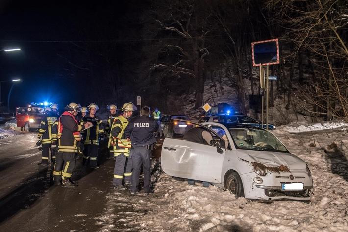 Komplett überschlagen hatte sich dieser Kleinwagen, die Fahrerin wurde glücklicher Weise nur leicht verletzt.