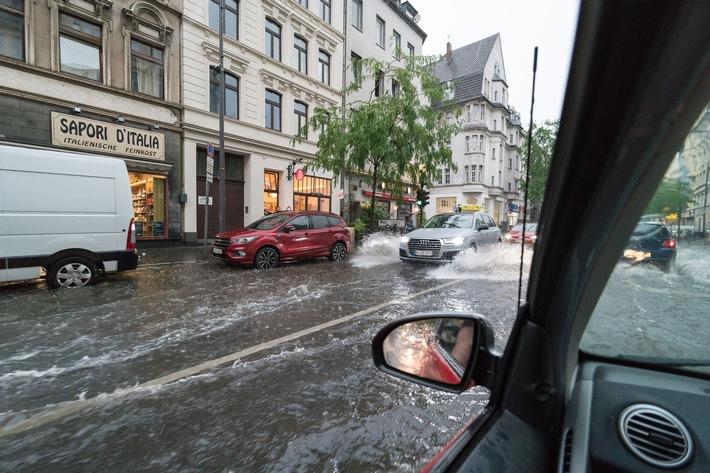 Lokale Starkregenereignisse wie hier in Köln nehmen in jüngster Zeit zu. / So schützen Sie Ihr Haus besser vor Starkregen / Sieben LBS-Tipps...</a></div> </figure> </div> </div> </div><div class=