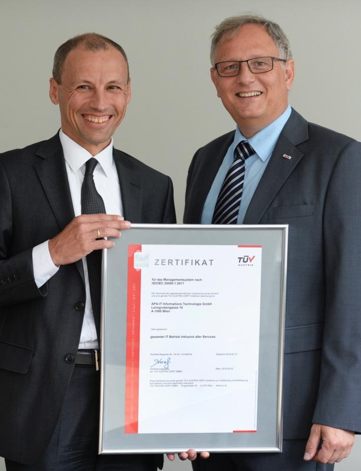 Rechenzentren der APA-IT jetzt mit ISO-Zertifizierung  BILD zu OTS - Stefan Wallner (TÜV) überreicht Alexander Falchetto (APA-IT) das Zertifikat ?ISO/IEC 20000-1? Digitale Pressemappe: https://www.ots.at/pressemappe/288/aom *** OTS-ORIGINALTEXT PRESSEAUSSENDUNG UNTER AUSSCHLIESSLICHER INHALTLICHER VERANTWORTUNG DES AUSSENDERS - WWW.OTS.AT *** OBS0005 2015-06-22/09:40 220940 Jun 15 Ort:Wien Land:Österreich Personen im Bild:v.l.n.r.: Stefan Wallner, Alexander Falchetto Bildcredit:APA Fotograf:Robert Jäger Motiv:Gruppe