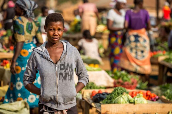 """Beatrice lebt in Tansania und wurde mit 13 Jahren beschnitten. Kurz darauf wurde sie verheiratet. """"Wenn ein Mädchen beschnitten wird, muss es alleine nach Hause zurück laufen. Alle Dorfbewohner sehen das Blut. Man kann nicht heiraten, wenn man nicht beschnitten wurde, und so kann sich niemand verstecken."""" Weiterer Text über ots und www.presseportal.ch/de/nr/100018128 / Die Verwendung dieses Bildes ist für redaktionelle Zwecke honorarfrei. Veröffentlichung bitte unter Quellenangabe: """"obs/Plan International Schweiz/Ann Njuguna/ Plan International"""""""