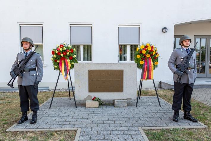 Ehrenposten wachen am 20. Juli am Gedenkstein fr Oberst Claus Schenk Graf von Stauffenberg in der Strausberger ...