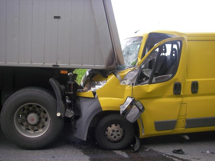 POL-DN: Kleintransporter in Sattelzug verkeilt