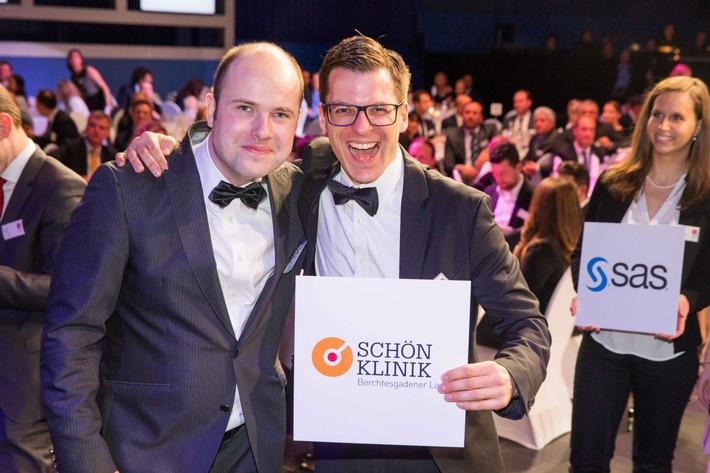 Klinikleiter Philipp Hämmerle und Personalleiter Ferry Uhlig bei der Prämiierung in Berlin