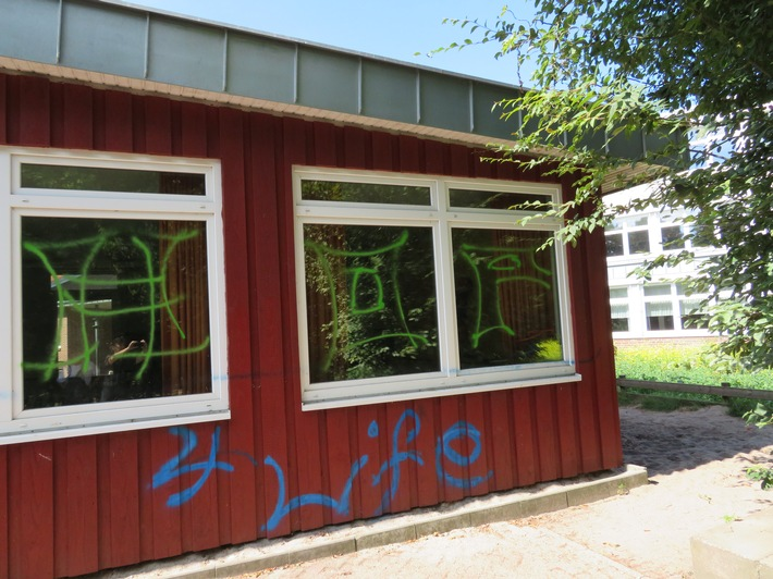 Graffitis am Schulgebäude2