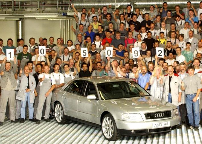 """Generationswechsel in der Neckarsulmer Audi A8-Produktion: Heute rollte der letzte A8 der bisherigen Modellreihe von der Montagelinie im Audi-Werk Neckarsulm - ein silberner Audi A8 2.8 quattro (142 kW/193 PS). Seit 1994 wurden insgesamt 105.092 Fahrzeuge dieses Modells gefertigt. Die Mitarbeiter verabschiedeten sich bei einem Fototermin von dem erfolgreichen Flaggschiff.Die Verwendung dieses Bildes ist für redaktionelle Zwecke honorarfrei. Abdruck bitte unter Quellenangabe: """"obs/Audi"""""""