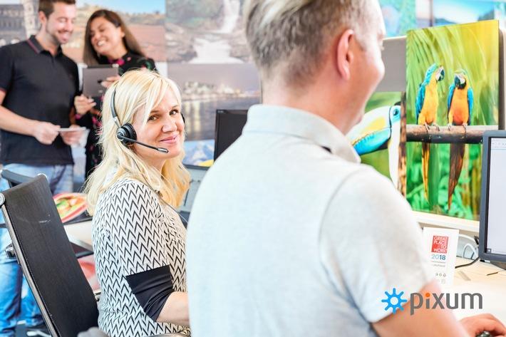 """Pixum Kundenservice hilft zuverlässig und kompetent. Weiterer Text über ots und www.presseportal.de/nr/24663 / Die Verwendung dieses Bildes ist für redaktionelle Zwecke honorarfrei. Veröffentlichung bitte unter Quellenangabe: """"obs/Pixum/JEANETTE HACET"""""""