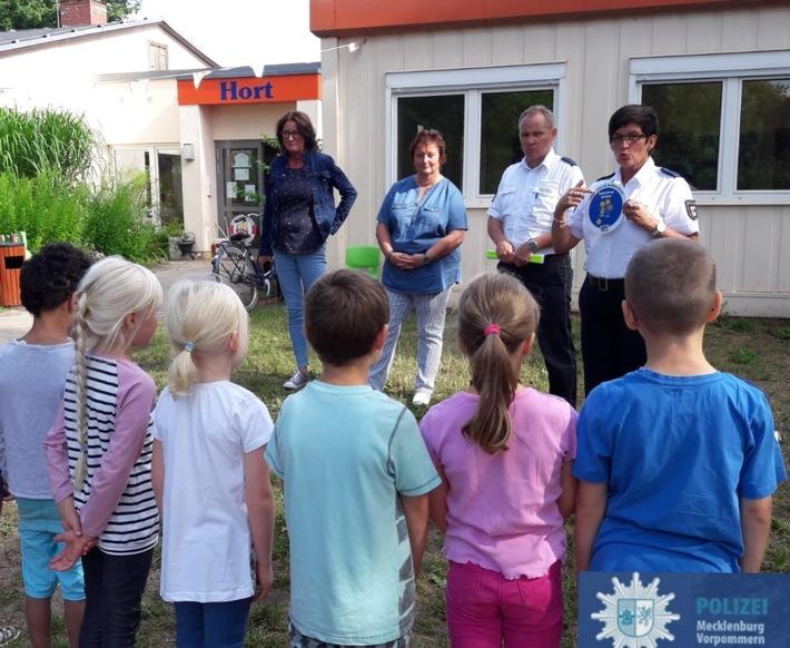 v.r.n.l. Angelika Becker und Jens Brügmann von der Polizeiinspektion Wismar, Frau Schmidtke, Erzieherin der Vorschulgruppe Kita Lübstorf