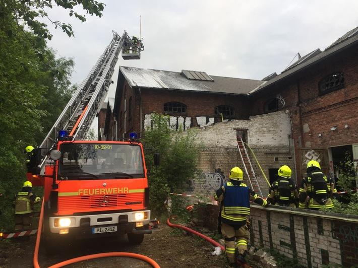 FW-PI: Pinneberg: Feuer in alter Industriehalle