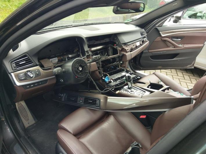 Das Foto zeigt den Innenraum eines aufgebrochenen BMW. (Symbolfoto: Polizei)