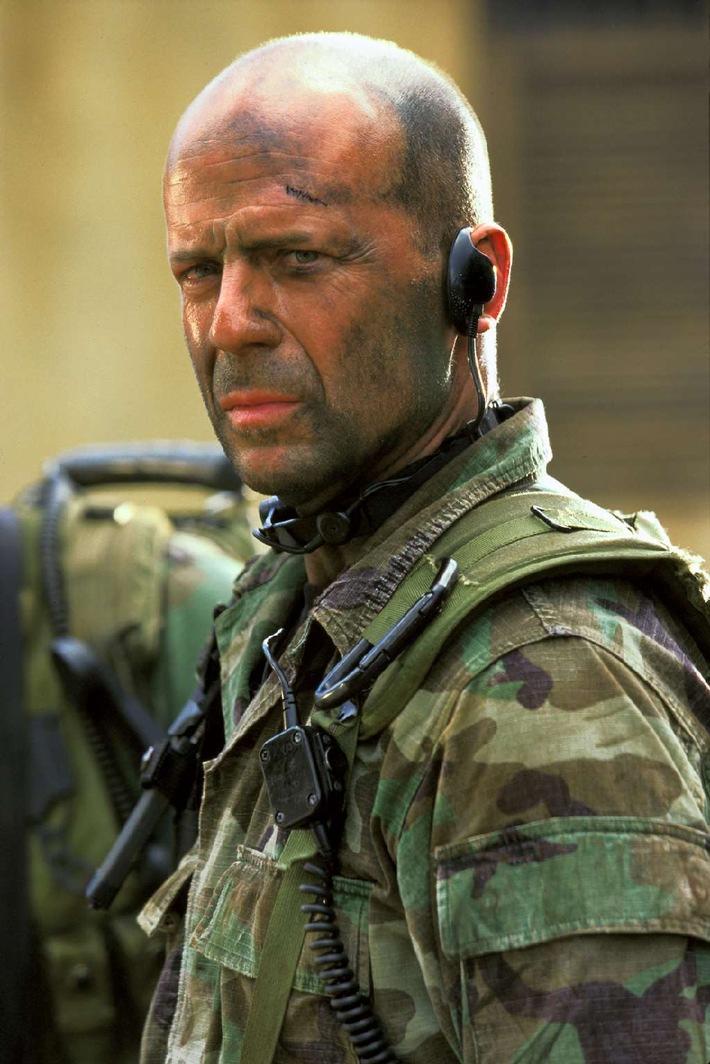 """Arnie vs. Bruce: Neues Blockbuster-Doppelpack am Sonntag auf ProSieben! Spielfilm-Double-Feature - ab jetzt regelmäßig jeden Sonntagabend auf ProSieben: Mit dem Treffen der größten Actiongiganten geht es los: Arnold Schwarzenegger in seiner Paraderolle als Terminator und Bruce Willis als US-Elitesoldat im nigerianischen Bürgerkrieg - und beide lassen es am Sonntagabend in den Free-TV-Premieren """"Terminator 3 - Rebellion der Maschinen"""" und """"Tränen der Sonne"""" auf ProSieben ordentlich krachen! Am Sonntag, 19. März 2006, sorgen dann """"Ein Chef zum Verlieben"""" und """"Panic Room"""" für erstklassige Unterhaltung im Doppelpack. """"Tränen der Sonne"""" am Sonntag, 12. März 2006, um 22.20 Uhr. Motiv:  Bruce Willis als Lieutenant A.K. Waters. Foto: © 2004 Sony Pictures Television International. All Rights Reserved. Dieses Bild darf bis 14. März 2006 honorarfrei für redaktionelle Zwecke, nur im Rahmen einer Programmankündigung für ProSieben und nur mit Copyrightvermerk verwendet werden. Nicht für Online! Spätere Veröffentlichungen sind nur nach Rücksprache und ausdrücklicher Genehmigung der ProSieben Television GmbH möglich. Die Fotos dürfen nicht bearbeitet und nur im Ganzen verwendet werden. Keine Weitergabe an Dritte."""