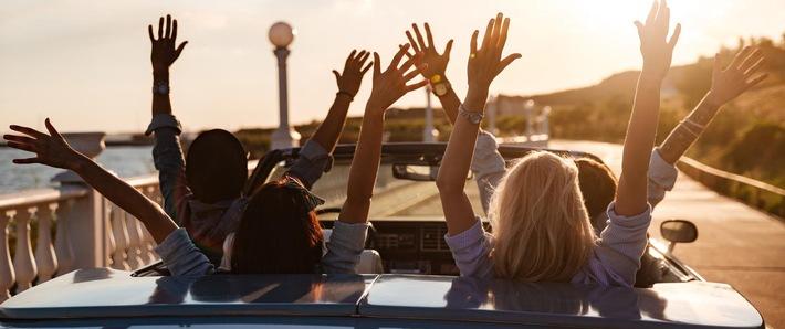 """©fotolia.de. Back view of happy friends driving cabriolet with raised hands, Foto-ID #121918209, Urheber: Drobot Dean. Weiterer Text über ots und www.presseportal.de/nr/127230 / Veröffentlichung dieses Bildes nur in Zusammenhang mit der zugehörigen Pressemitteilung. Keine sonstige Verwendung zulässig. Die Verwendung dieses Bildes ist für redaktionelle Zwecke honorarfrei. Veröffentlichung bitte unter Quellenangabe: """"obs/Kraus Ghendler Ruvinskij/Drobot Dean/©fotolia.de"""""""