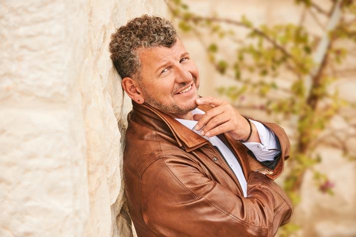 """Ab Herbst 2020 geht Semino Rossi, der absolute Star der Herzen, auf große Tournee. Seine musikalische Reise führt ihn durch 7 Länder mit insgesamt 61 Konzerten. Mit an Bord hat Semino Rossi selbstverständlich sein brandneues Erfolgsalbum """"So ist das Leben""""."""
