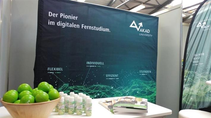"""Der Pionier im digitalen Fernstudium: Die AKAD University präsentiert ihre Studienmöglichkeiten auch auf den """"Master & More""""-Messen. Bild: AKAD"""