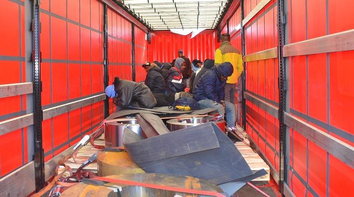 Die Rosenheimer Bundespolizei hat in einem Güterzug 20 Migranten gefunden, die sich in zwei Lkw-Aufliegern versteckt hielten. (Foto: Bundespolizei)