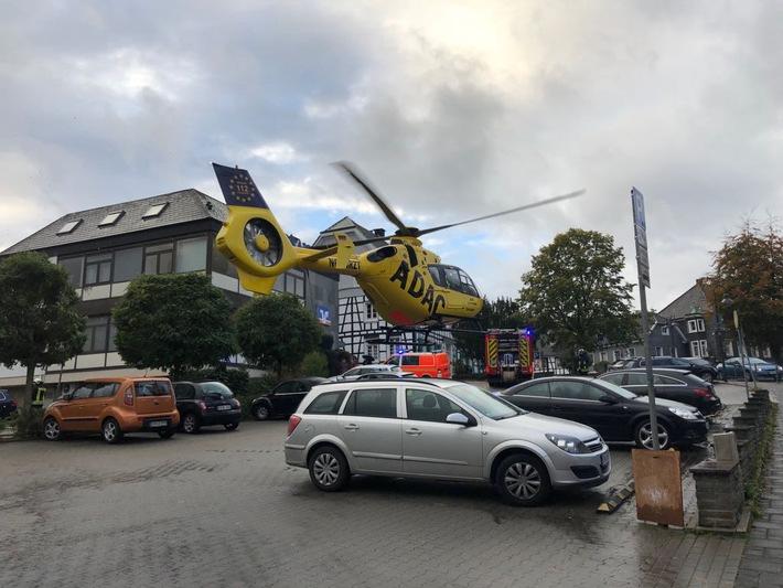 """Der Rettungshubschrauber """"Christoph 8"""" entschied sich in direkter Angrenzung zum Unfallort auf einem Parkplatz zu landen."""