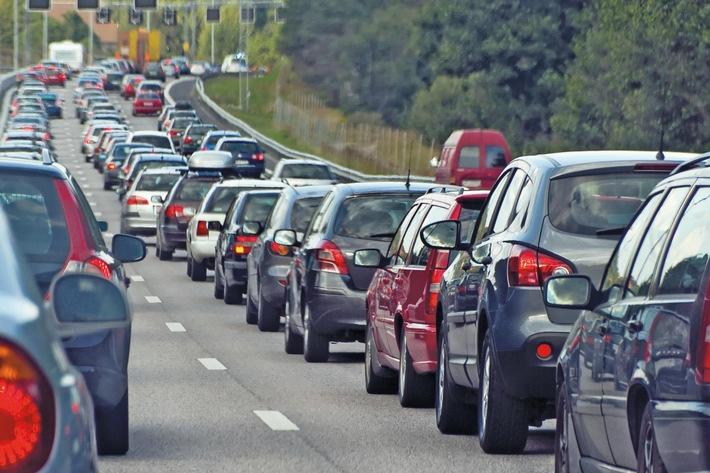 """Stau und hohe Spritpreise schrecken Pendler nicht ab: Jeder zweite Deutsche wählt für den Weg zur Arbeit jeden Morgen das Auto. Dabei ist der Adrenalin-Level der Pkw-Pendler erwiesenermaßen hoch. Wer regelmäßig in der Rushhour unterwegs ist, erreicht leicht den Stresspegel eines Kampfjetpiloten, wie eine britische Studie herausgefunden hat. Stau lässt sich nicht beeinflussen, doch mit einigen Tipps können Autofahrer die täglichen Fahrten angenehmer und sicher gestalten. Weiterer Text über ots und www.presseportal.de/nr/18978 / Die Verwendung dieses Bildes ist für redaktionelle Zwecke honorarfrei. Veröffentlichung bitte unter Quellenangabe: """"obs/BG ETEM - Berufsgenossenschaft Energie Textil Elektro Medienerzeugnisse/alexandragl1/iStock/Thinkstock.d"""""""