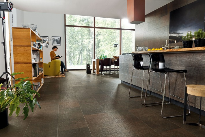 aus holz wird stein stein ist holz der etwas andere holzboden f r boden und wand presseportal. Black Bedroom Furniture Sets. Home Design Ideas