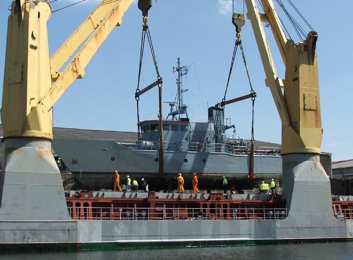 """Wachboot """"Bergen"""" bei der Verladung in Hamburg"""