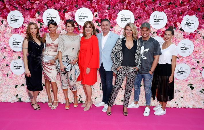 "Zahlreiche, internationale Superstars auf dem pinken Teppich beim Late Night Shopping in Soltau / SOLTAU, GERMANY - AUGUST 03:  (L-R) Melanie C., Gerit Kling, Anja Kling, Linda Gray, Joachim Llambi, Ella Endlich, Pietro Lombardi and Clea Lacy Juhn attend the Late Night Shopping at Designer Outlet Soltau on August 3, 2018 in Soltau, Germany. (Photo by Sebastian Reuter/Getty Images for Designer Outlet Soltau) / Weiterer Text über ots und www.presseportal.de/nr/112085 / Die Verwendung dieses Bildes ist für redaktionelle Zwecke honorarfrei. Veröffentlichung bitte unter Quellenangabe: ""obs/Designer Outlet Soltau/Sebastian Reuter"""