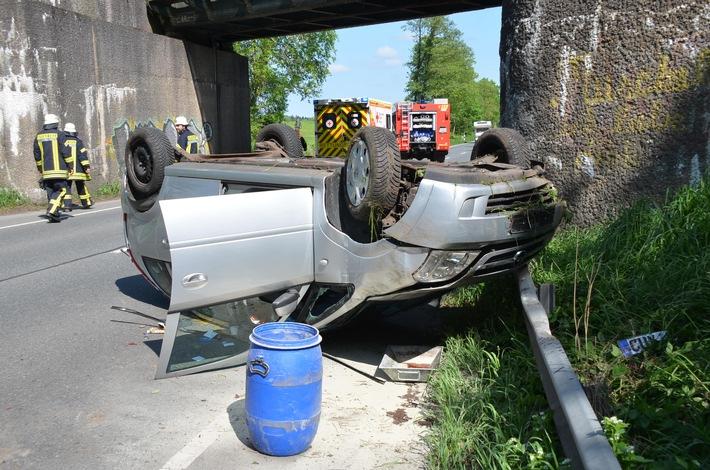 Opel vor der Bahnbrücke