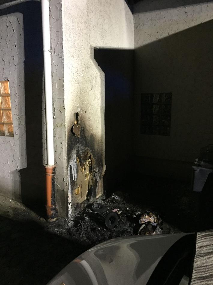 FW Lage: Brennt Papiertonne am Haus - 01.01.2017 - 01:23 Uhr