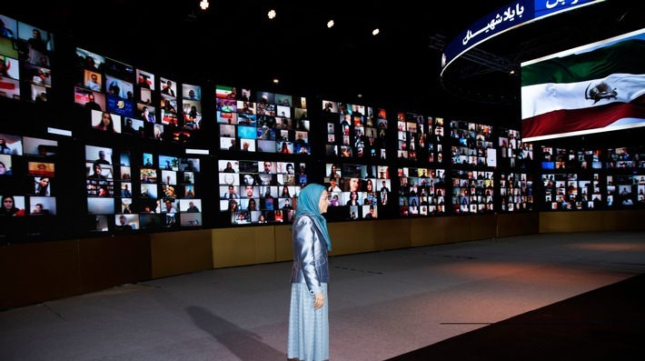 """Maryam Rajavi vor Bildschirmen mit hunderten Konferenzteilnehmern der Online-Konferenz für Menschenrechte im Iran / Weiterer Text über ots und www.presseportal.de/nr/146655 / Die Verwendung dieses Bildes ist für redaktionelle Zwecke honorarfrei. Veröffentlichung bitte unter Quellenangabe: """"obs/UNHH e.V./Siavosh Hosseini"""""""