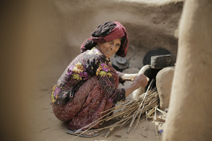 Eine Frau im Jemen kocht heißes Wasser auf / Weiterer Text über ots und www.presseportal.de/nr/50131 / Die Verwendung dieses Bildes ist für redaktionelle Zwecke unter Beachtung ggf. genannter Nutzungsbedingungen honorarfrei. Veröffentlichung bitte mit Bildrechte-Hinweis.