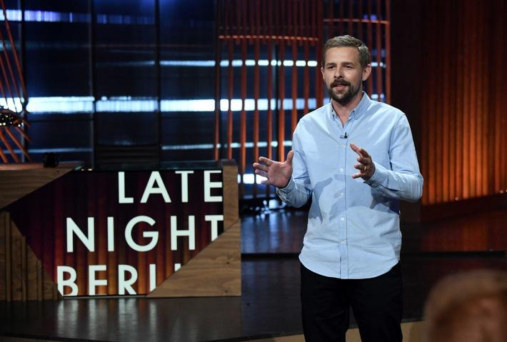 """Diese Late-Night-Show gibt den Ton an: ProSieben erhoeht ab der kommenden Woche die Late-Night-Dosis. Zusaetzlich zum Montag (23:10 Uhr) wird Klaas Heufer-Umlauf ab dem 18. Oktober an vier Donnerstagen (22:40 Uhr) mit ,Late Night Berlin' auf Sendung gehen und ueber die Themen sprechen, die Deutschland, die Welt und ihn bewegen. Immer in Anschluss an ,The Voice of Germany' begrueßt Klaas jeden Donnerstag die #TVOG-Coaches und spricht mit ihnen ueber die neuesten Geschichten rund um die Musikshow. Waehrend bei ,The Voice' die besten Stimmen im Vordergrund stehen, suchen Klaas Heufer-Umlauf und Coach Mark Forster in der Rubrik ,The Worst of Germany' kommenden Donnerstag kurzerhand die schlechtesten Gesangstalente Deutschlands. Wer darf sich Gehoer verschaffen und ueberzeugt durch schraege Toene?   (c) ProSieben/Claudius Pflug  Rechtehinweis: Dieses Bild darf bis eine Woche nach Ausstrahlung honorarfrei fuer redaktionelle Zwecke und nur im Rahmen der Programmankuendigung verwendet werden. Spaetere Veroeffentlichungen sind nur nach Ruecksprache und ausdruecklicher Genehmigung der ProSiebenSat1 TV Deutschland GmbH moeglich. Nicht fuer EPG! Verwendung nur mit vollstaendigem Copyrightvermerk. Das Foto darf nicht veraendert, bearbeitet und nur im Ganzen verwendet werden. Es darf nicht archiviert werden. Es darf nicht an Dritte weitergeleitet werden. Aneinanderreihung/Zusammenlegung/Kopplung von Bildern zum Zweck der Erstellung von Slide-Shows o.. nicht gestattet; Verbindung/Einfügen/Anfügen von Werbung nicht gestattet. Bei Fragen: foto@prosiebensat1.com  Voraussetzung fuer die Verwendung dieser Programmdaten ist die Zustimmung zu den Allgemeinen Geschaeftsbedingungen der Presselounges der Sender der ProSiebenSat.1 Media SE. Weiterer Text über ots und www.presseportal.de/nr/25171 / Die Verwendung dieses Bildes ist für redaktionelle Zwecke honorarfrei. Veröffentlichung bitte unter Quellenangabe: """"obs/ProSieben/ProSieben/Claudius Pflug"""""""