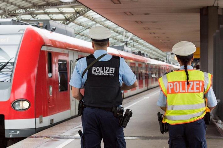 BPOL NRW: Reisender uriniert in S-Bahn und rastet vor den Bundespolizisten komplett aus