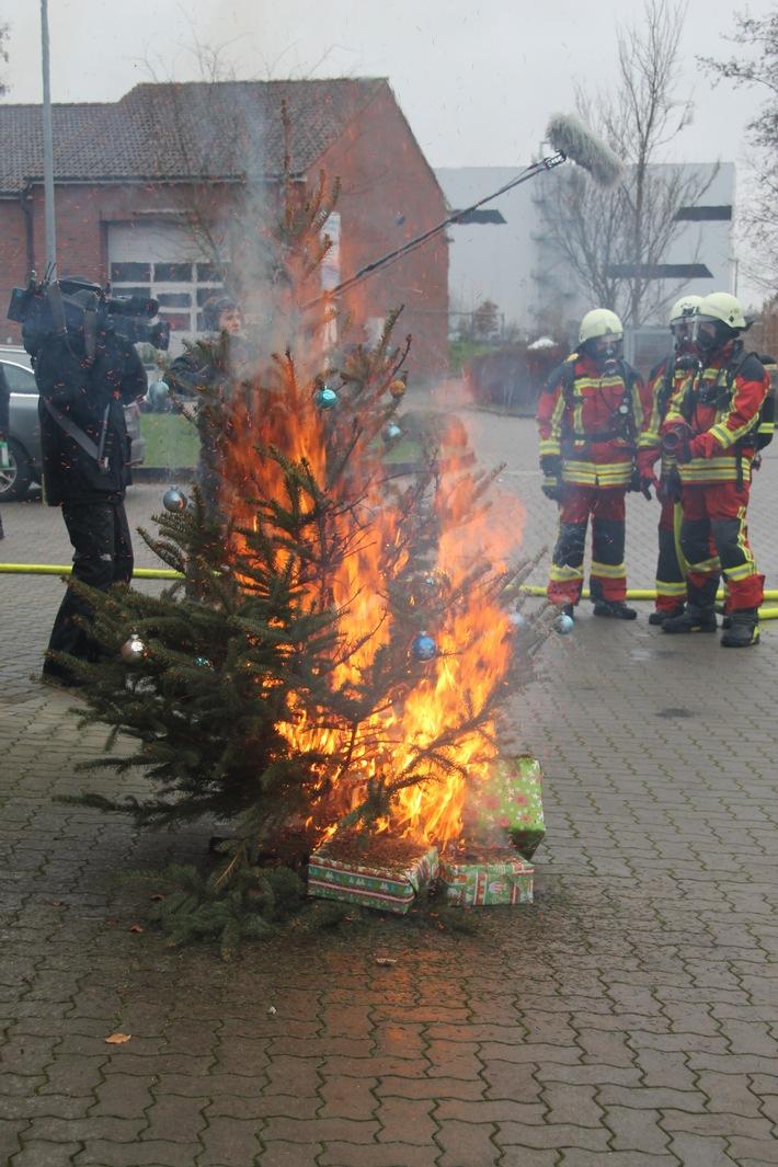 Echtwachskerzen am Weihnachtsbaum sind gefährlich - besser man greift zur LED-Variante. Foto: LFV SH / Bauer